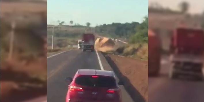 Vídeo mostra momento em que carreta tomba ao realizar ultrapassagem forçada