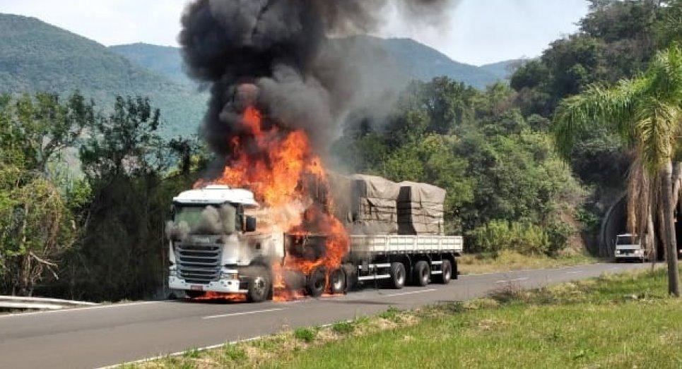 Carreta Scania fica destruída após pegar fogo na Rota do Sol