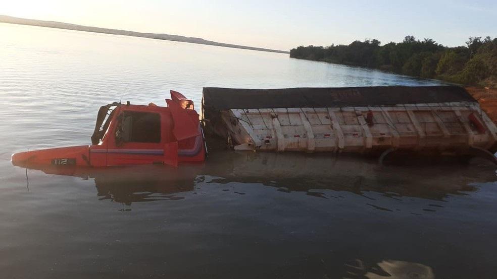 Motorista esquece de acionar os freios e carreta cai no rio em Porto Nacional