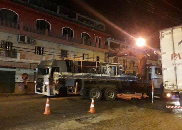 Caminhão que transportava granito quase tomba após feixes de molas quebrar em Cachoeiro/ES