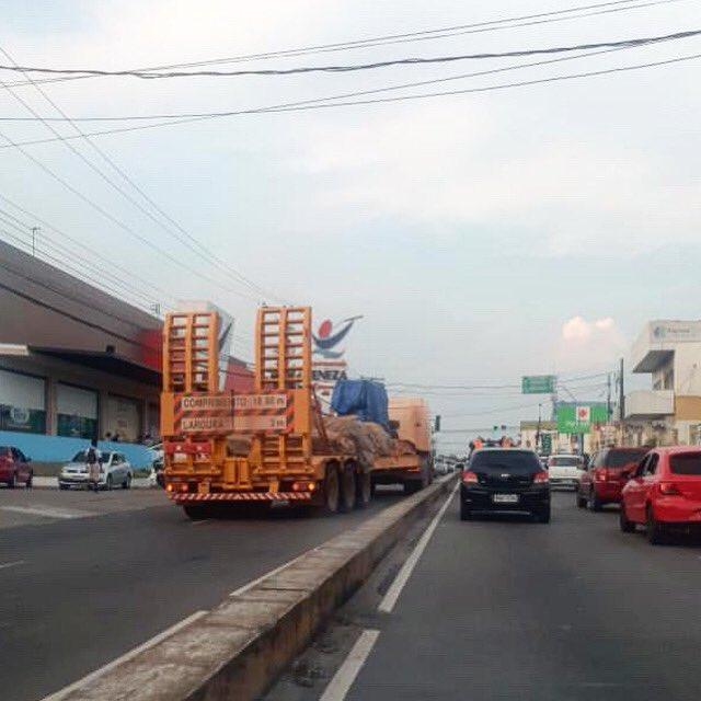 Certo ou errado? Caminhoneiro utiliza contramão para realizar conversão em Manaus