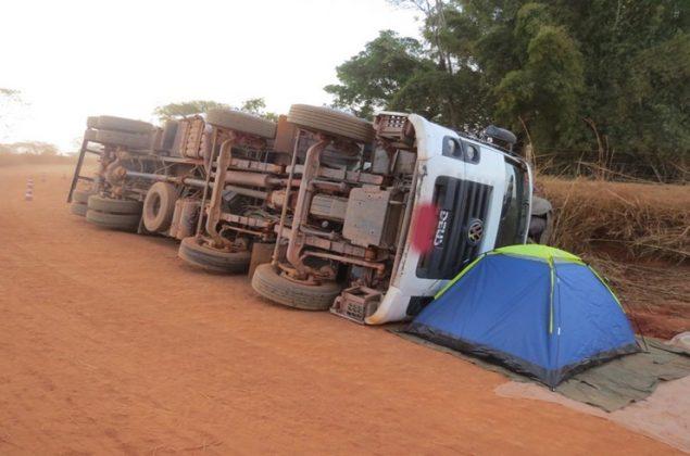 Proprietário dorme na frente do caminhão tombado para carga não ser saqueada em Minas