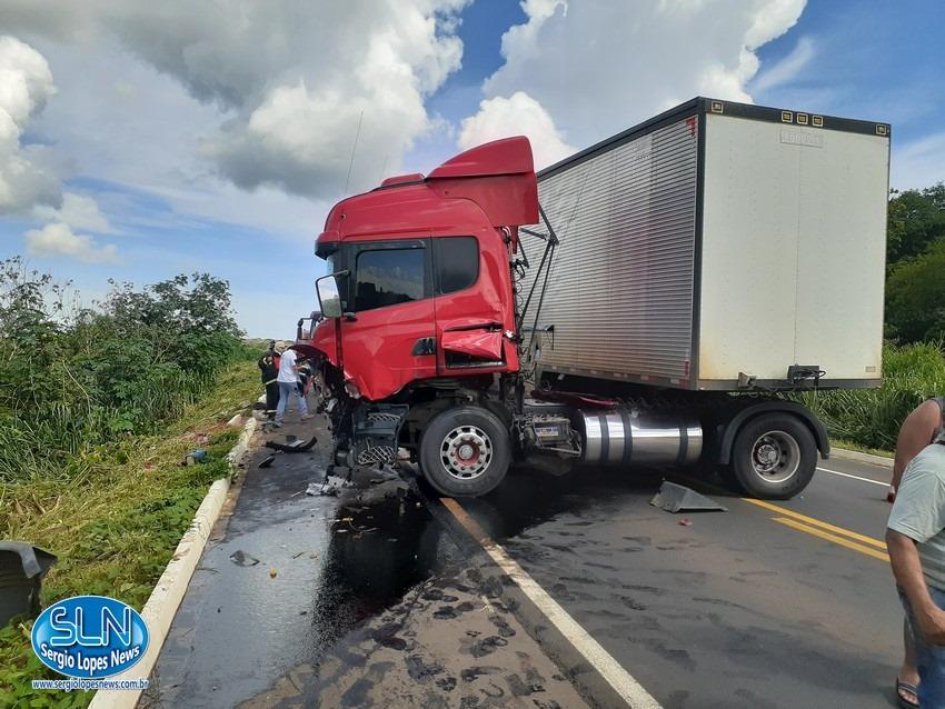 Carreta colide em trator na BR 364, no Mato Grosso (3)