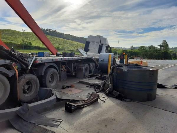 Carreta que transportava bobinas colide em praça de pedágio da BR-393, RJ