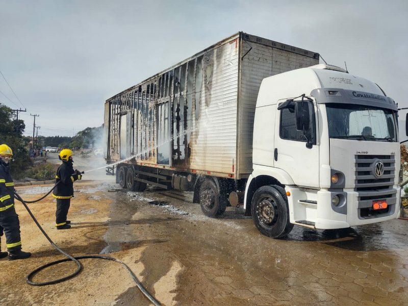 Caminhão que transportava caixões pega fogo em SC