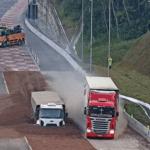Caminhão e carreta utilizam área de escape simultaneamente na BR-376/PR