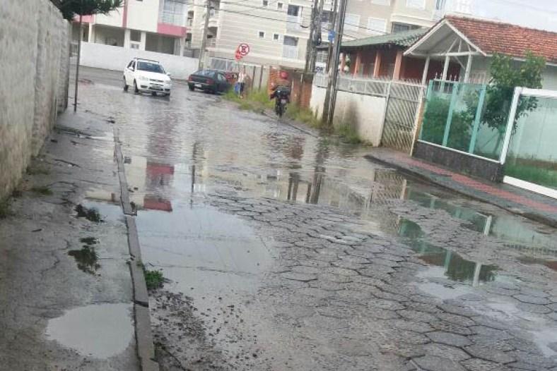 Ruas alagadas e calçadas em péssimas condições, são desafios para pedestres em dia de chuva