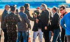 Daniela Reinehr cumprimenta o presidente com a mão.