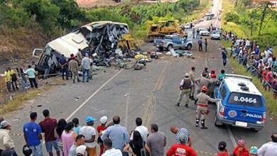 Photo of Bahia: Sobe para 14 o número de mortos em choque de trator com ônibus