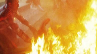 Photo of Mundo: Homem ateia fogo no corpo e abraça político na Índia