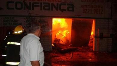 Photo of Incêndio destrói madeireiras em Feira e mostra falta de estrutura de Corpo de Bombeiros