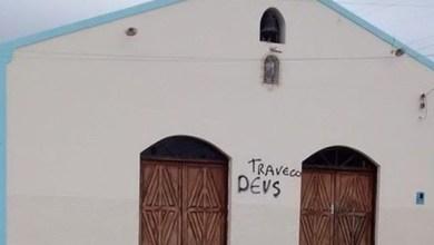 Photo of Bahia: Capela tem fachada pichada com xingamento a Deus: 'Traveco'