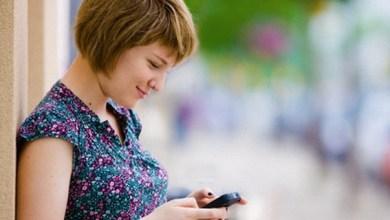 Photo of Maioria das mulheres não larga o celular nem para namorar
