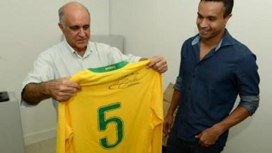 Photo of Paulo Souto ganha camisa da seleção do jogador Dudu Cearense