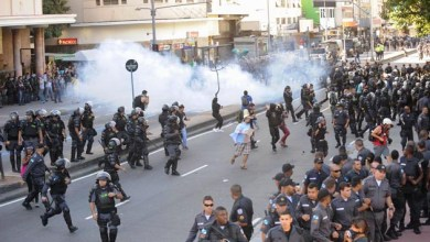 Photo of Polícia cerca praça e impede saída de manifestantes e jornalistas no Rio