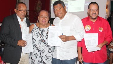 Photo of Deputado federal recebe movimento LGBT da Bahia e assina termo de compromisso
