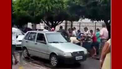 Photo of Homem joga dinheiro para o alto e R$ 8 mil voam pelas ruas