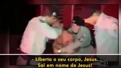 Photo of Vídeo: Policiais são flagrados fazendo sessão de exorcismo em suspeito