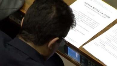 Photo of Parlamentares brasileiros são flagrados assistindo filme pornô na Câmara durante votação