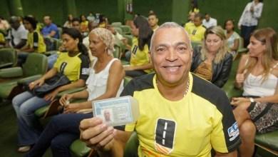 Photo of Escola Pública de Trânsito entrega primeira habilitação a 40 alunos