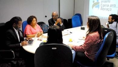 Photo of Neurocientista Carl Hart conhece metodologia do projeto 'Corra pro Abraço' na Bahia