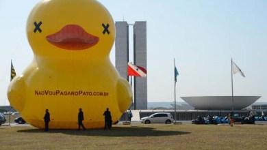 Photo of Campanha contra aumento de impostos leva pato gigante à Esplanada