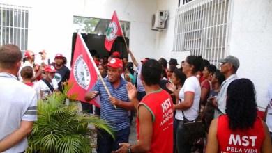 Photo of Bahia: MST ocupa prefeitura de Prado e dialoga para resolver problemas da educação na região