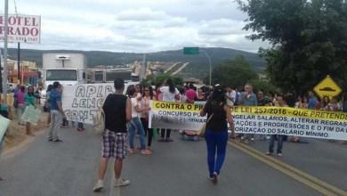 Photo of Chapada: Educadores fecham estrada e protestam contra projeto que altera direitos de servidores