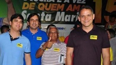 Photo of Secretário de Rui Costa estampa adesivo do PMDB ao lado de deputado do DEM