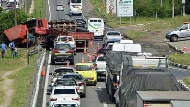 Photo of Bahia: Acidente com caminhão gera engarrafamento na BR-324