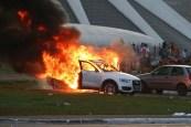 Manifestantes colocam fogo em carros durante protesto na Esplanada dos Ministérios