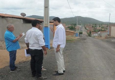 Equipe da prefeitura sinaliza ruas que serão pavimentadas   FOTO: Divulgação/Ascom-Itaberaba  