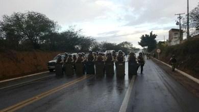 Photo of Chapada: Polícia faz intervenção em protesto de caminhoneiros na BR-242 em Itaberaba; confira fotos