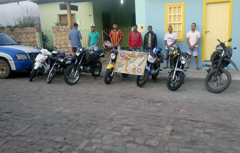 Chapada: Policiais da Cipe acabam com competição clandestina de motos e detêm condutores em Mucugê