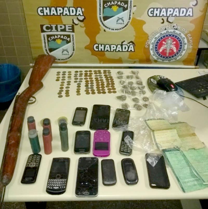 Chapada: Dupla é conduzida pela Cipe com arma, droga e 12 celulares no município de Ibitiara