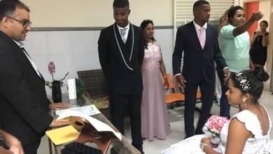 Photo of #Bahia: Jovem de 16 anos casa em hospital 1h30 após dar à luz em Santo Estêvão; bebê acompanha cerimônia