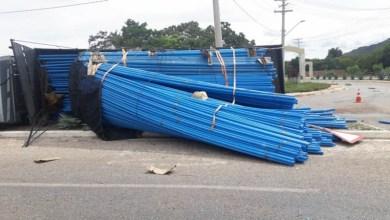 Photo of Chapada: Veículo de carga que transportava canos PVC tomba na rotatória da BA-148 em Rio de Contas