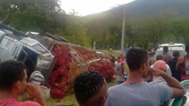 Photo of Chapada: Caminhão carregado de tomate tomba na região de Ruy Barbosa; não houve vítima fatal