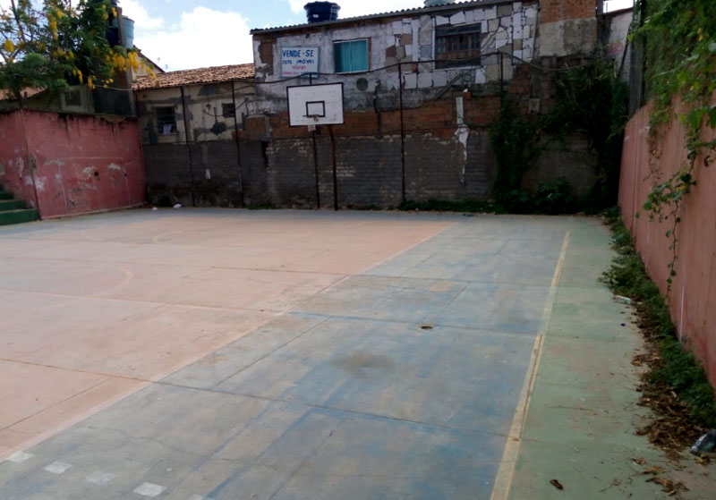 Chapada: Situação de abandono de quadra poliesportiva pública indigna moradores de Palmeiras