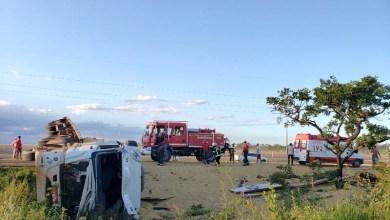 Photo of #Fotos: Motorista de carreta perde controle da direção e tomba na BR-242; soja ficou espalhada na pista
