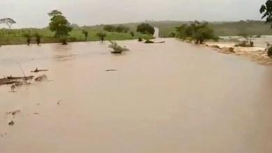 Photo of #Vídeo: Forte chuva alaga trecho de estrada e de ruas em Sátiro Dias; famílias ficam desabrigadas