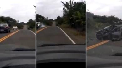 Photo of #Vídeos: Imagens registram exato momento de batida entre dois carros na Bahia; motorista morre na colisão