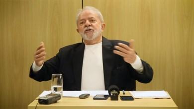 """Photo of #Vídeo: """"Quem quiser fazer revolução no Brasil, não precisa ler o Manifesto Comunista, é só pegar a Constituição"""", diz Lula"""