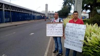 Photo of #Salvador: Dois irmãos buscam emprego exibindo placas em rua da capital baiana