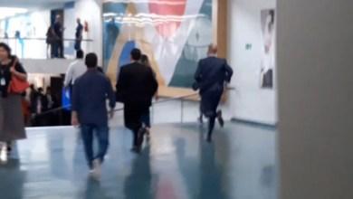 Photo of #Vídeo: Deputado Eduardo Bolsonaro sai correndo para fugir da imprensa na Câmara