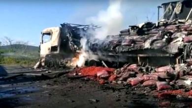 Photo of Chapada: Carreta carregada de morango pega fogo na BA-142 em trecho da região de Andaraí; veja vídeos