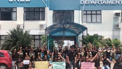 Photo of Chapada: Estudantes do curso de Direito da Uneb em Itaberaba protestam por adequações de acessibilidade para colega cego