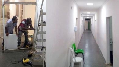 Photo of Chapada: Prefeito de Utinga põe 'a mão na massa' e participa da construção de ala em unidade hospitalar