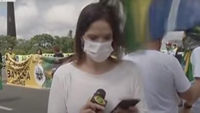 Photo of #Vídeo: Repórter recebe bandeirada na cabeça de apoiadora de Bolsonaro durante ato na frente do Palácio do Planalto