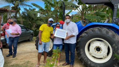 Photo of #Bahia: Deputado Alan Sanches entrega trator e implementos agrícolas para o município de Muniz Ferreira